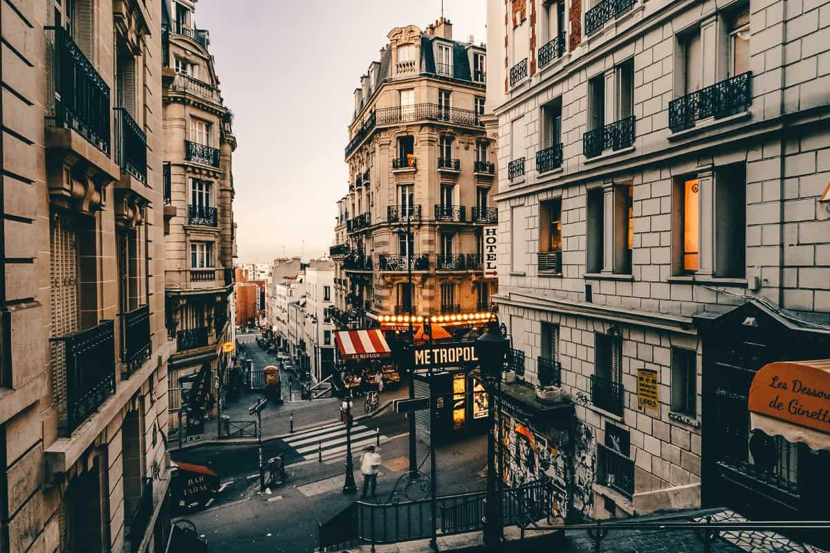 A metropol sign at the top of an old Parisian street