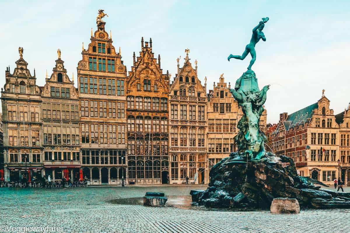 A water fountain in the middle of the city square in Antwerpen